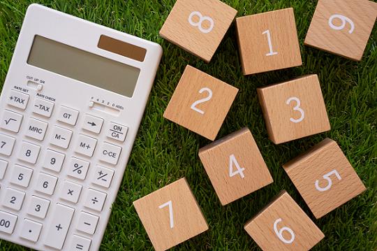 電卓と数字が書かれたブロック